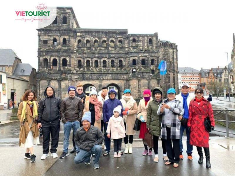 Hình Khách Tham Gia Tour Châu Âu