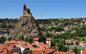 Nhà Nguyện Saint – Michel D'Aiguilhe Tọa Lạc Trên Miệng Núi Lửa Ở Pháp